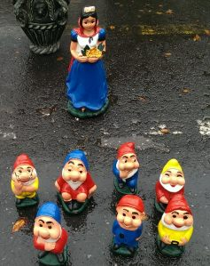 Snow White and ALL 7 dwarfs!! A complete set!